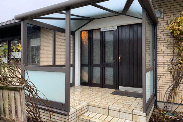 D & F Eingangsvordach mit Windschutzelementen