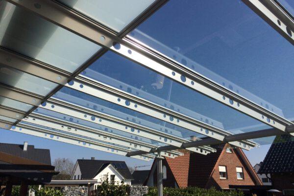 D & F Terrassenüberdachung mit Blick in den Himmel